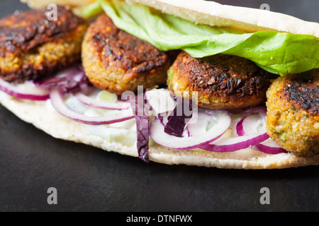 falafel sandwich with salad - Stockfoto