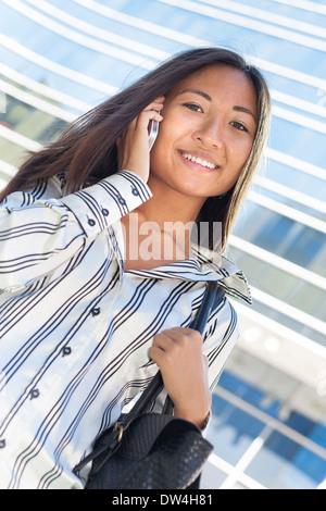 Porträt einer schönen Asiatin mit Handy hautnah - Stockfoto