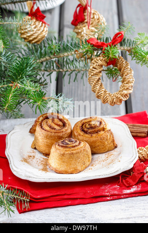 Cinnamon rolls on christmas eve tableCinnamon rolls on christmas eve table - Stockfoto
