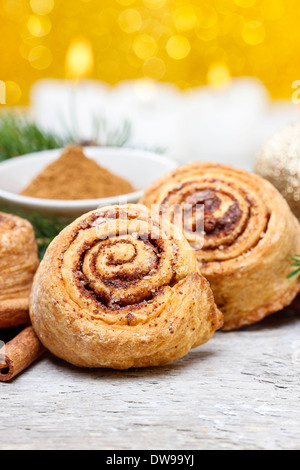 Cinnamon rolls in christmas settingCinnamon rolls in christmas setting - Stockfoto
