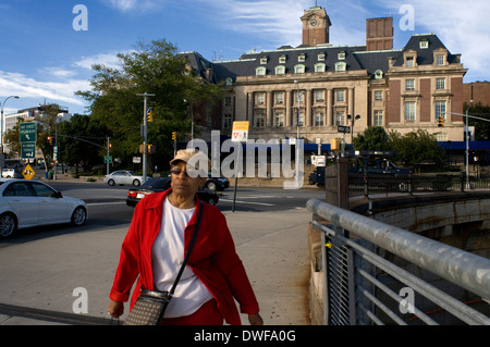 A woman walks through Staten Island. Staten Island is an island in the Atlantic Ocean belonging to the State of - Stock Photo