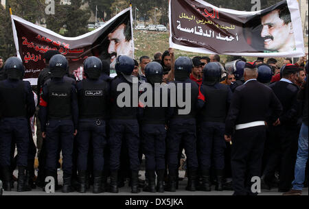 Amman, Amman. 18th Mar, 2014. Riot police stand guard as activists and relatives of Ahmed Daqamseh, a Jordanian - Stock Photo