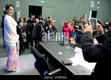 Berlin, Germany. 12th Apr, 2014. The Burmese Nobel Peace Prize Laureate Aung San Suu Kyi (2ND-L) is pictured during - Stockfoto