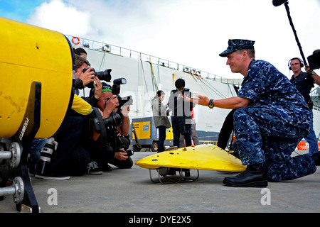 US Navy Capt. Mark Matthews, supervisor of salvage and diving, demonstrates to international media how the towed - Stock Photo