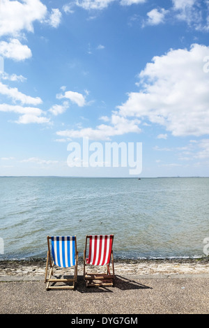 Two empty deck chairs on Southend seafront. - Stockfoto
