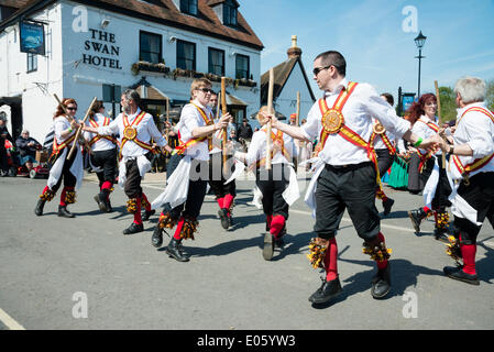 Upton upon Severn, Worcestershire, UK. 3rd May 2014 Folk dancers entertain people on a lovely sunny day. Mixed male - Stockfoto