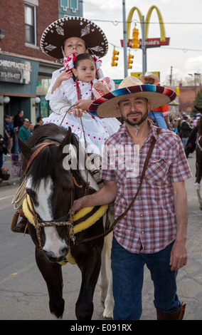 Detroit, Michigan - A family in traditional dress on a horse in the annual Cinco de Mayo parade - Stockfoto