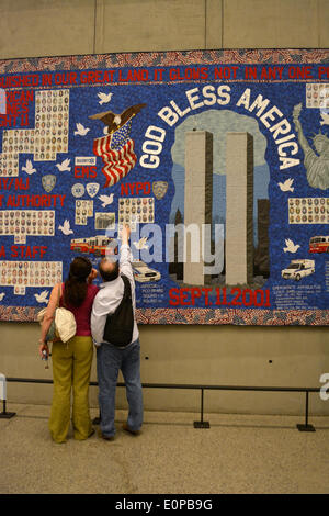 New York, NY, USA. 16th May, 2014. Couple looking at a memorial quilt at the newly opened 9/11 Museum at Ground - Stock Photo