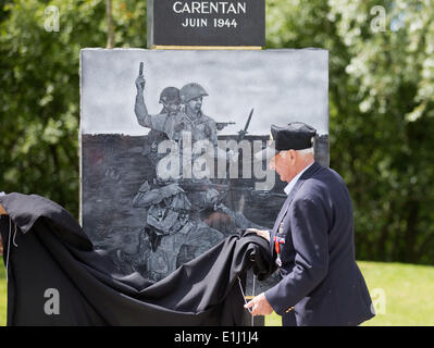 Carentan, France. 05th June, 2014. American veteran Ramond Defer (91) unveils a monument during a ceremony at Carentan, - Stock Photo
