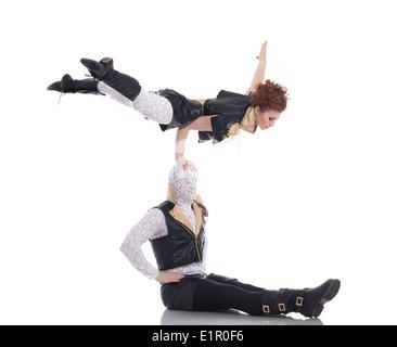Pair of modern dancers posing in acrobatic pose - Stockfoto