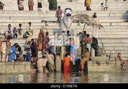 People Bathing in the Ghanges River, Varanasi, India. The Ghanges River is a sacred river in India. No Model Release - Stockfoto