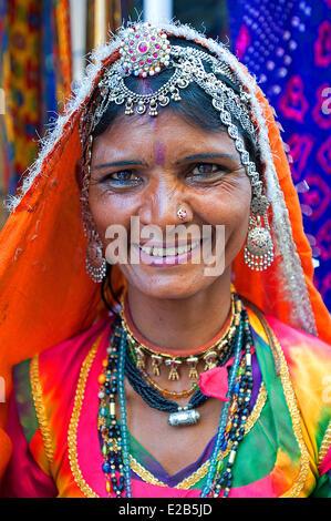 India, Rajasthan, Jaisalmer, woman in sari - Stock Photo