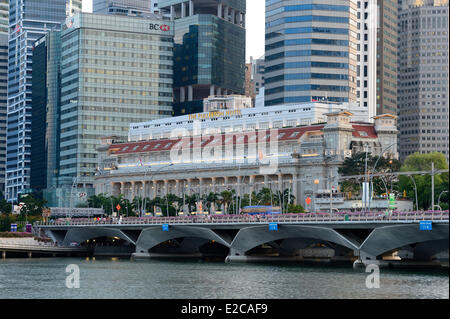 Singapore, Marina Bay, the hotel Fullerton and the business district - Stock Photo