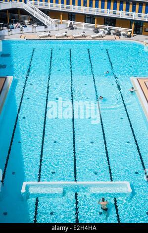 Piscine molitor stock photo 132670925 alamy for Outdoor swimming pool paris