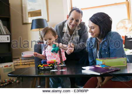 Young family playing in living room - Stockfoto