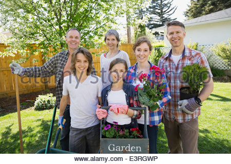 Porträt des Lächelns generationsübergreifende Familie Gartenarbeit - Stockfoto