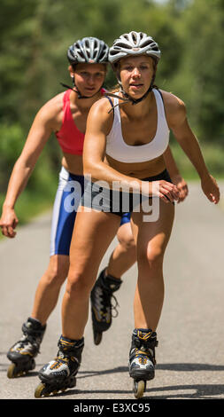 Young women, 19 years, inline skating, country road, Schurwald, Baden-Württemberg, Germany - Stockfoto