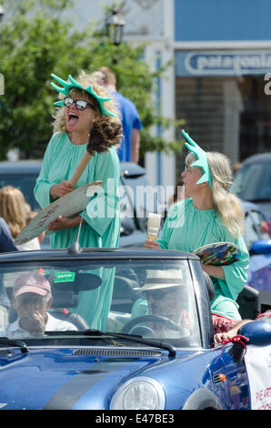 Bar Harbor, Maine, USA. 04th July, 2014. Independencce Day Parade Bar Harbor Maine. Pictured: Two artists dressed - Stock Photo