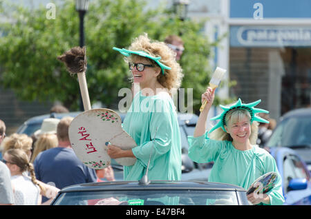 Bar Harbor, Maine, USA. 04th July, 2014. Independence Day Parade Bar Harbor Maine. Pictured: Two artists dressed - Stock Photo