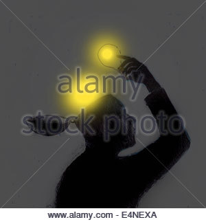 Mann, die leuchtenden Glühbirnen aus offenen Kopf anheben - Stockfoto