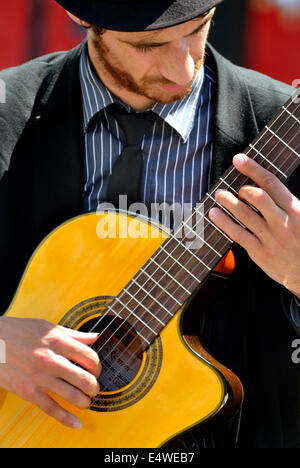 London, England, UK. Guitarist busking in Trafalgar Square - Stock Photo
