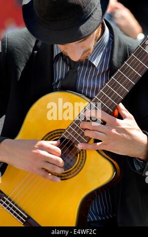 London, England, UK. Guitarist busking in Trafalgar Square - Stock Photo