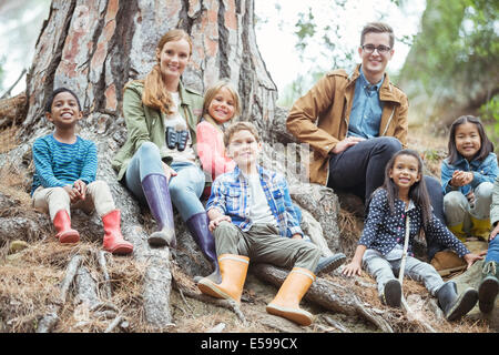Students and teachers smiling in forest - Stockfoto