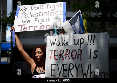 New York, USA. 28th July, 2014. A woman holds a placard during a pro-Israel rally near the United Nations headquarters - Stock Photo