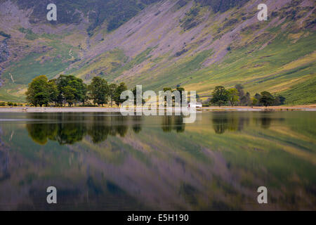 Pre-dawn reflections on Buttermere Lake, Cumbria, Lake District, England - Stockfoto