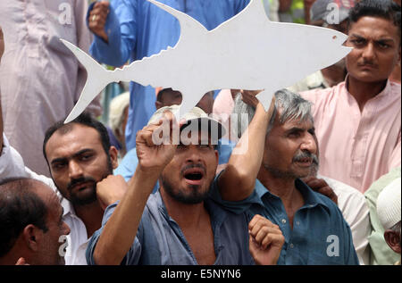 Fishermen are protesting against imposing ban on fishing at Sea View Beach, during a protest held in Karachi on - Stockfoto