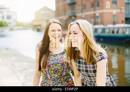 Female friends laughing - Stockfoto
