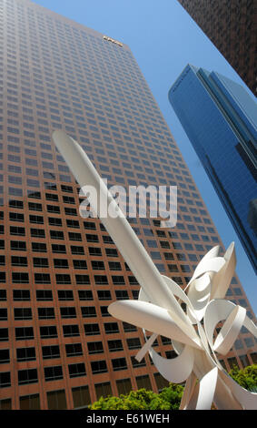 """Worm's-eye view of Downtown Los Angeles skyscrapers and sculpture """"Ulysses"""" by Alexander Lieberman, California, - Stock Photo"""