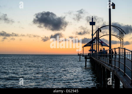 Fishermen on the pier are silhouetted against the sunset at Brighton beach, South Australia - Stockfoto