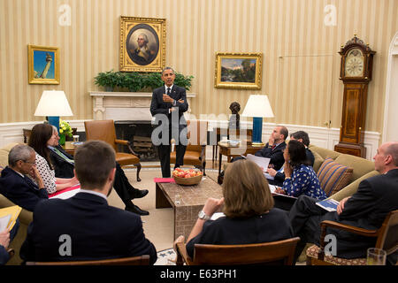 President Barack Obama meets with senior advisors in the Oval Office, May 27, 2014. - Stock Photo
