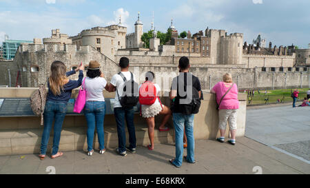 Rear view of family TOURISTS looking at the Tower of London buildings London England UK  KATHY DEWITT - Stock Photo
