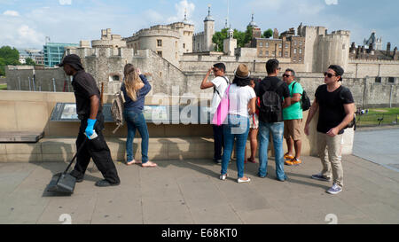 Rear view of Tourist family looking at the Tower of London buildings London England UK  KATHY DEWITT - Stock Photo