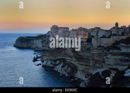 Upper town on the white chalk cliffs at dusk, Bonifacio, Corsica, France - Stockfoto