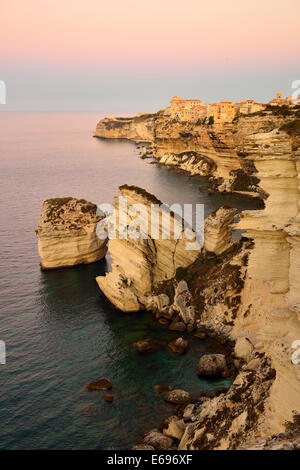Upper town on the white chalk cliffs at dawn, Bonifacio, Corsica, France - Stockfoto