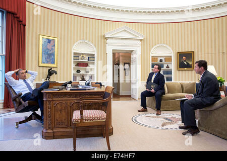 President Barack Obama meets with Director of Speechwriting Cody Keenan and Terry Szuplat, Senior Director for Speechwriting, - Stock Photo
