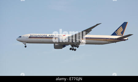 Singapore Airlines Boeing 777 9V-SWH coming into land at London-Heathrow Airport LHR - Stock Photo
