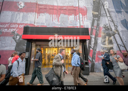 New York, USA. 11th September, 2014. A mural by the artist  Mr. Brainwash is seen on the side of the Century 21 - Stockfoto