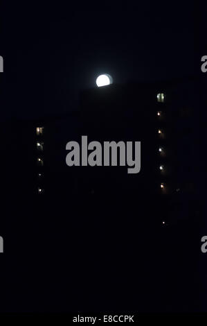 Astigmatic eyesight vision. Seeing double. Dark night shot with full moon with double edges, the way eyes with astigmatic - Stockfoto