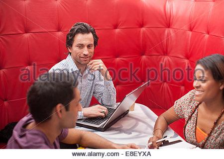 Lächelnde Geschäftsleute in treffen - Stockfoto