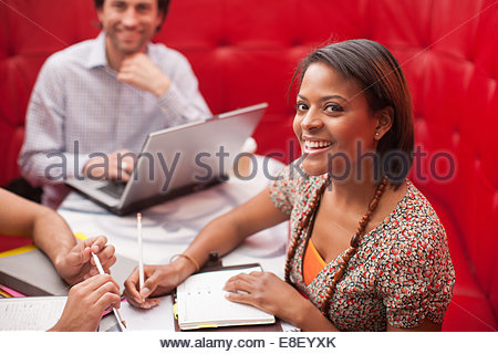 Smiling business people in meeting - Stockfoto