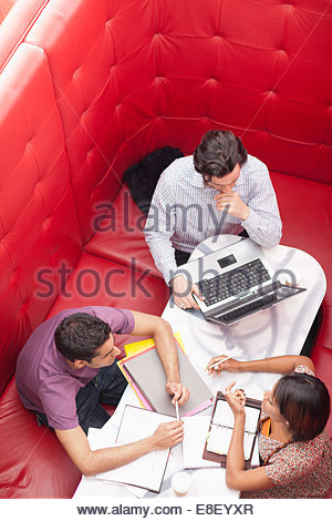 Business people sitting in booth having a meeting - Stockfoto