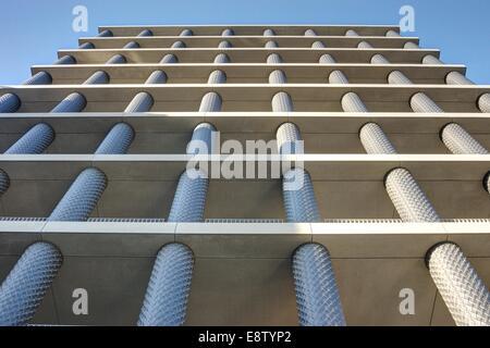 Gebäude mit Säulen, Kings Cross, London Granary Square - Stockfoto
