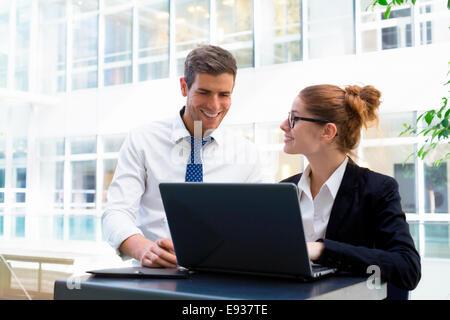 Portrait of business people working - Stockfoto
