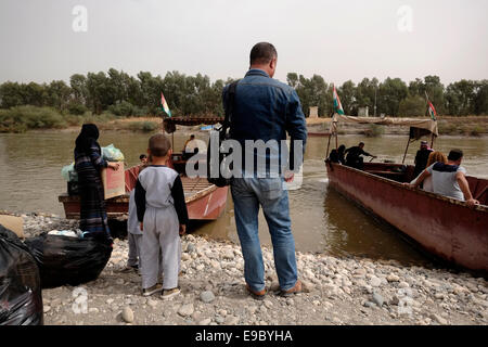 People crossing on boat the Semalka border crossing across the Tigris river which divide between northern Iraq and - Stock Photo