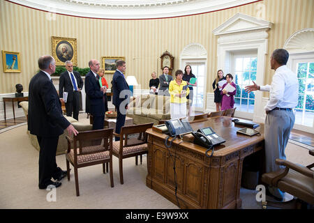 President Barack Obama meets with senior staff in the Oval Office, Aug. 28, 2014. Standing from left are: Steve - Stock Photo