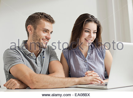 Young couple working on laptop - Stockfoto